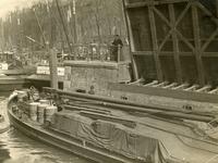 FD-3157 Een binnenvaartschip vaart onder de openstaande Spanjaardsbrug door. Het innen van bruggeld door een ...