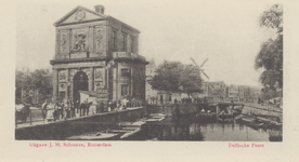 PBK-1785 Gezicht op de Schiekolk en de Schiebrug met links daarvan de Delftse Poort aan het Delftsepoortplein, vanaf de ...