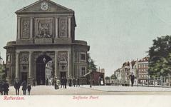 PBK-1791 Gezicht op de Delftse Poort aan het Delftsepoortplein in de richting van de Rotterdamse Schie, rechts het ...