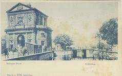 PBK-1983-275 De Delftse Poort aan het Delftsepoortplein, uit het zuiden gezien, vanaf de Delftsevaart.