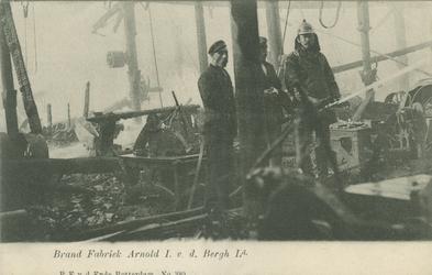PBK-1984-91 Een blussende brandweerman tijdens de brand in de stoomhoutzagerij van Arnold I. v.d. Bergh aan de Nassauhaven.