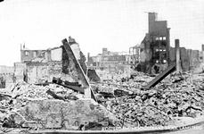 PBK-2003-145 Gezicht op de door het Duitse bombardement van 14 mei 1940 getroffen Hoogstraat hoek Lamsteeg. Als gevolg ...