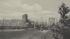 PBK-2005-554 Mathenesserbrug, gezien vanaf de Mathenesserweg. Op de achtergrond het Mathenesserplein en links de ...