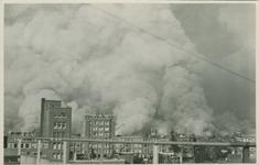 PBK-2008-293 Branden na het bombardement van 14 mei 1940.Gezicht op de stad vanaf het flatgebouw aan het Mathenesserplein.