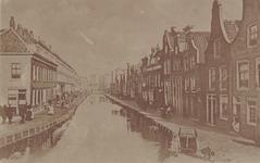 PBK-2168 De nog niet gedempte Slaakkade vanaf het Oostplein. In de verte oliemolen Maria aan de Vlietkade.