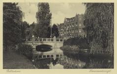 PBK-2791 De Heemraadsbrug over de Heemraadssingel, werd in het jaar 1903 gebouwd. Rechts het door architect J. Verheul ...