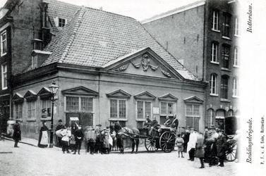 PBK-319 Het Brandspuithuis tegenover de Grotekerk op de hoek van de Sint-Laurensstraat.
