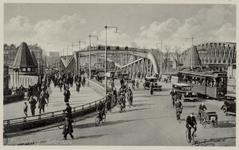 PBK-3548 De Koninginnebrug, uit het zuiden, vanaf het Stieltjesplein. Rechts de spoohefbrug over de Koningshaven.
