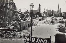 PBK-3995 Gezicht op de door het Duitse bombardement van 14 mei 1940 getroffen Victoriahotel aan het Willemsplein en de ...