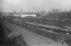 PBK-4463 Gezicht op Hotel Cunard Line, gevestigd aan de noordzijde van de Maashaven. Op de achtergrond de twee masten ...