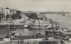 PBK-5364 De mond van de Oudehaven. Op de achtergrond het Oudehoofdplein en de Oosterkade met het Maasstation. Rechts de ...