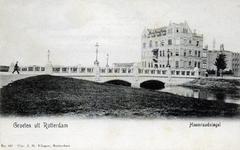 PBK-659 De Heemraadsbrug. Deze brug werd in 1903 gebouwd in de Mathenesserlaan over de Heemraadssingel. Rechts het ...