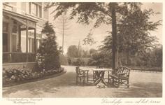 PBK-9859 Doorkijkje vanaf het terras in de tuin van theeschenkerij Plaswijck .