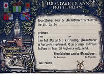 1971-2471 Diploma van de vrijwillige brandweer.Linker gedeelte versierd met afbeelding van brandweermateriaal, de toren ...