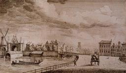 VIII-90 Delftsepoortplein, even buiten de Delftsepoort, naar het zuiden. Links de Schiekolk, de Hofpoort en de Blauwe Molen.