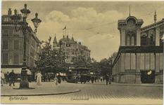 PBK-10808 De Zeevischmarkt met rechts het gebouw bij de Blaak. Links het visch- en oesterrestaurant van Frits Saur op ...