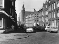 1967-692 Gezicht in de Tidemanstraat met op de voorgrond links de Rauwenhoffstraat. Op de achtergrond de Tidemanskerk ...