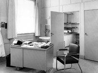 1973-1368-TM-1373 Interieurs van het bejaardentehuis Van Oostervant aan de Oostervantstraat.Afgebeeld van boven naar ...