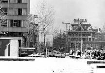 1978-1279 Gezicht in de West-Kruiskade vanaf het Schouwburgplein (met telelens). Links het Rijnhotel.