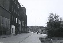 1978-1647 De Generaal van der Heijdenstraat, uit het noorden. Links de oude fabriek van Jamin. Rechts de barakken. Op ...