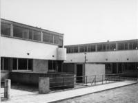 1978-2928 Het woningbouwproject Kiefhoek van architect J.J.P. Oud in aanbouw. Nederhovenstraat hoek Lindtstraat.
