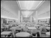 1978-3342 De eetzaal van de kajuit-klasse op de s.s. Nieuw Amsterdam II. De binnenhuisarchitect is J.F. Semey.