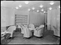1978-3360 De lees- en schrijfkamer toeristenklasse van architect S. van Ravesteyn op de s.s. Nieuw Amsterdam II