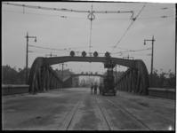 1978-3473 Werkzaamheden aan de bovenleiding van de tram op de Koninginnebrug over de Koningshaven.