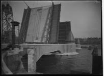 1978-3474 De openstaande Koninginnebrug over de Koningshaven.