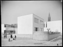 1978-3490 Vrijstaande kosterswoning aan de Eemstein in de Kiefhoek. Op de voorgrond spelende kinderen.