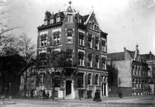 1981-442 Apotheek van J.L.J.M. Maas aan de 's-Gravendijkwal 267 (nu 's-Gravendijkwal 119) met links de Nieuwe ...