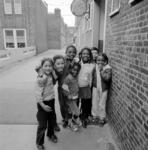 1983-1903 Spelende kinderen op de galerij in de Justus van Effenstraat.