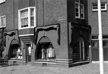 1983-3232 Modewinkel in de Bilderdijkstraat in een voormalig filiaal van broodbakkerij De Korenschoof.