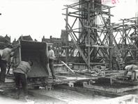 1986-2528,-2529 De bouw van het stadhuis aan de Coolsingel na afbraak van panden aan de Zandstraat.Van boven naar ...