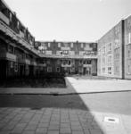 1987-1216 Galerijwoningen in de Justus van Effenstraat.