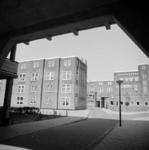 1987-1221 Galerijwoningen na de renovatie in de Justus van Effenstraat