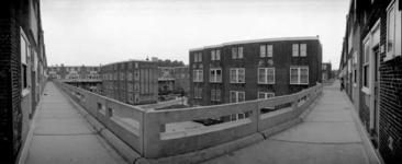1987-2608 Galerijwoningen in de Justus van Effenstraat.