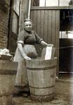 1988-35 Een huisvrouw aan de was.