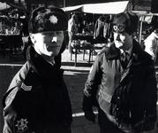 1991-2082 Nieuwe muts voor politie., Mede door de aanhoudende kou is de politie in de winter voorzien van nieuwe ...