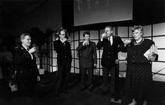 1991-2092 Opening nieuwe politiebureaus., Minister Ien Dales (rechts) heft het glas nadat zij door middel van een druk ...