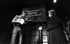1991-2094 Opening nieuwe politiebureaus. Door middel van een druk op de knop heeft minister Ien Dales het politiebureau ...