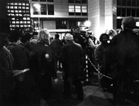 1993-3058 Drukte voor het politiebureau aan het Doelwater wegens versnelde aanvraagmogelijkheid voor verblijfsvergunning.