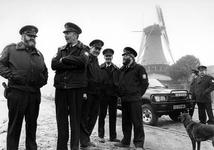 1993-3146 Een nieuw tenue voor de zeven bos- en parkwachters van Gemeentewerken.