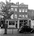 1993-3779 De Veemarkt met huizen en café's, op nr. 15 het café Centraal.