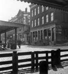 1993-3781 De Veemarkt met huizen en café's, en hotel de Beer.
