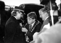 1993-3832 Opening Willemsspoortunnel. Bij deze gelegenheid bekijkt burgemeester Peper met de commissaris van de ...
