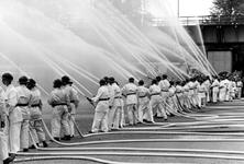 1993-6420 Een brandweerdemonstratie op Koninginnedag.
