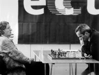 2000-493 3 september 1999In het kader van de Wereldhavendagen spelen Jan Timman en Gary Gasparov op het terrein van de ...