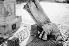 2000-988 22 november 1996. Het Erasmusbeeld is door onbekende oorzaak van zijn sokkel gevallen.
