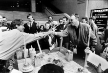 2001-1128 Schaker Hans Böhm speelt onderaan de trappen van het Beurs-WTC-gebouw met Rotterdamse schaakstukken.